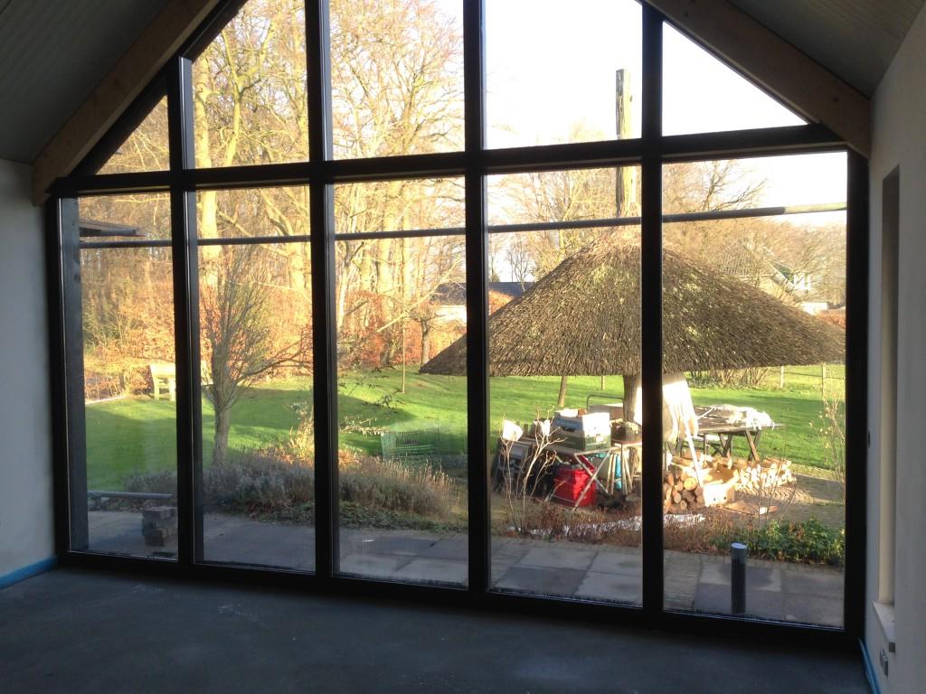 Schuur met atelier - Interieur uitzicht naar tuin